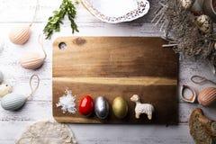 Traditie van Pasen Traditie van Pasen, kleurrijke eieren, lam stock foto's