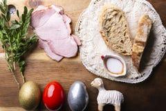 Traditie van Pasen Traditie van Pasen, kleurrijke eieren, lam stock afbeeldingen