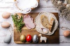 Traditie van Pasen Traditie van Pasen, kleurrijke eieren, lam stock fotografie