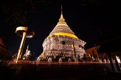Tradition allumée par bougie, promenade avec les bougies allumées à disposition autour d'un temple photos libres de droits