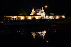 Tradition allumée par bougie, promenade avec les bougies allumées à disposition autour d'un temple photos stock