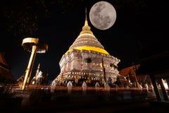 Tradition allumée par bougie, promenade avec les bougies allumées à disposition autour d'un temple photographie stock