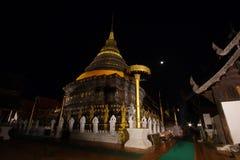 Tradition allumée par bougie, promenade avec les bougies allumées à disposition autour d'un temple image libre de droits
