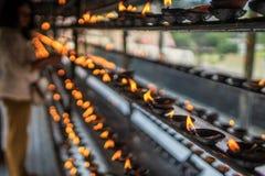 Tradition bouddhiste d'un cadeau du feu photographie stock