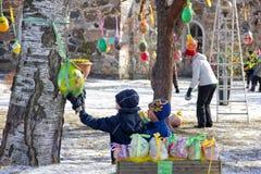Tradition d'arbre de Pâques en Finlande images stock