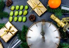 Tradition de nouvelle année Nouvelle année latino-américaine et espagnole traditionnelle Rituel drôle pour manger douze 12 raisin Image libre de droits