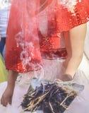 Tradition de Shamanic pour la bonne chance en Turquie rurale L'encens des bâtons d'herbe fume va à de jeunes couples dans une cér photographie stock