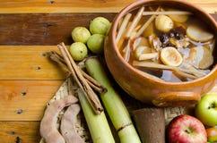 Tradition des Fruchtpunsches für Posadas Stockfotos