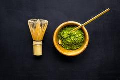 Tradition japonaise de thé de matcha Accessoires de Matcha, batteur près de poudre de matcha dans la cuvette sur la copie noire d photo stock