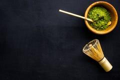 Tradition japonaise de thé de matcha Accessoires de Matcha, batteur près de poudre de matcha dans la cuvette sur la copie noire d photographie stock libre de droits