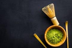 Tradition japonaise de thé de matcha Accessoires de Matcha, batteur près de poudre de matcha dans la cuvette sur la copie noire d image libre de droits