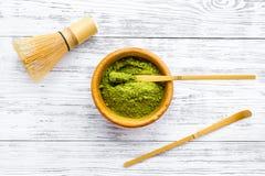 Tradition japonaise de thé de matcha Accessoires de Matcha, batteur près de poudre de matcha dans la cuvette sur la vue supérieur photos stock