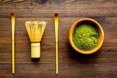 Tradition japonaise de thé de matcha Accessoires de Matcha, batteur près de poudre de matcha dans la cuvette sur la vue supérieur image libre de droits