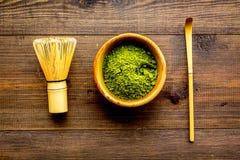 Tradition japonaise de thé de matcha Accessoires de Matcha, batteur près de poudre de matcha dans la cuvette sur la vue supérieur images libres de droits