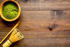Tradition japonaise de thé de matcha Accessoires de Matcha, batteur près de poudre de matcha dans la cuvette sur la vue supérieur photographie stock