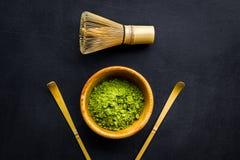 Tradition japonaise de thé de matcha Accessoires de Matcha, batteur près de poudre de matcha dans la cuvette sur la vue supérieur photos libres de droits