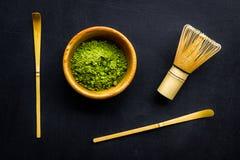 Tradition japonaise de thé de matcha Accessoires de Matcha, batteur près de poudre de matcha dans la cuvette sur la vue supérieur photo libre de droits