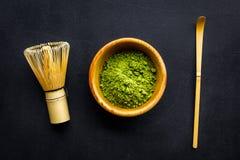 Tradition japonaise de thé de matcha Accessoires de Matcha, batteur près de poudre de matcha dans la cuvette sur la vue supérieur photographie stock libre de droits