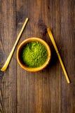 Tradition japonaise de thé de matcha Accessoires de Matcha près de poudre de matcha dans la cuvette sur la copie en bois foncée d photo stock