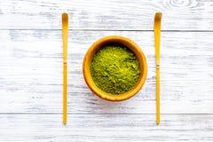 Tradition japonaise de thé de matcha Accessoires de Matcha près de poudre de matcha dans la cuvette sur la vue supérieure de fond photos libres de droits