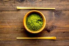 Tradition japonaise de thé de matcha Accessoires de Matcha près de poudre de matcha dans la cuvette sur la vue supérieure de fond image libre de droits
