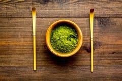 Tradition japonaise de thé de matcha Accessoires de Matcha près de poudre de matcha dans la cuvette sur la vue supérieure de fond images libres de droits