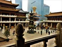 Tradition och modernitet i den Shanghai staden, Kina Religion och skyskrapor fotografering för bildbyråer