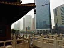 Tradition och modernitet i Kina Shanghai stad och kinesisk utveckling royaltyfri fotografi