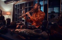 Tradition, santé, harmonie Cérémonie de thé chinoise Le maître de thé dans le kimono exécute dans la chambre noire avec un intéri image libre de droits