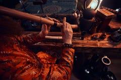 Tradition, santé, harmonie Cérémonie de thé chinoise Le maître de thé dans le kimono exécute dans la chambre noire avec un intéri images stock