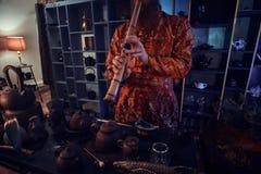 Tradition, sant?, harmonie C?r?monie de th? chinoise Le ma?tre de th? dans le kimono ex?cute dans la chambre noire avec un int?ri images stock