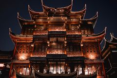 Traditiona kinesisk restaurang den Lubolang klubban i den Yuyuan basaren Shanghai arkivbild