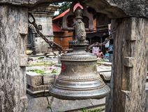 Traditionak hinduski dzwon przy Pashupatinath świątynią obrazy stock
