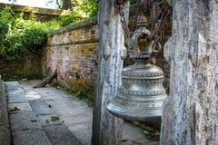 Traditionak hinduski dzwon przy Pashupatinath świątynią zdjęcie royalty free