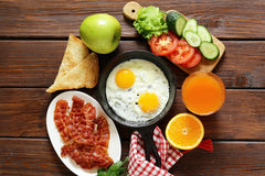 Traditional breakfast - eggs, bacon, toast. And vegetables Royalty Free Stock Photography