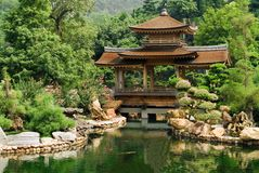 Traditional Chinese house near the pond Royalty Free Stock Photography