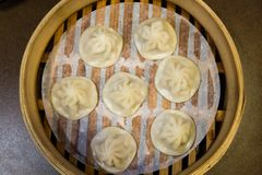 Chinese steamed dumplings in a steamer Royalty Free Stock Photos