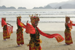 Traditional Indonesian dancers in Merah Beach,Banyuwangi Stock Images