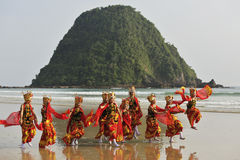 Traditional Indonesian dancers in Merah Beach,Banyuwangi Stock Image
