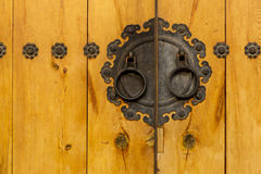Traditional metallic door knob with wooden door Royalty Free Stock Photos