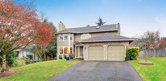 Traditional Northwest house with driveway. Royalty Free Stock Photos