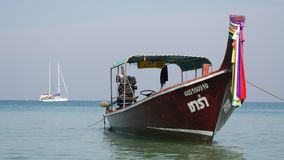 Traditional thai longtail boat at famous Long Beach, Thailand. Asie stock video