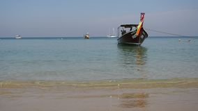 Traditional thai longtail boat at famous Long Beach, Thailand. Asie stock footage