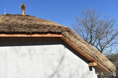 Traditioneel Afrikaans met stro bedekt dak tegen een blauwe hemel royalty-vrije stock foto's