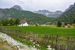Traditioneel Albanees huis in de bergen Stock Afbeeldingen