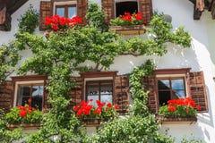 Traditioneel Alpien huis in het mooie bergdorp, Hallstatt, Oostenrijk royalty-vrije stock fotografie