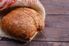 Traditioneel artisanaal brood in jute op houten achtergrond royalty-vrije stock foto's