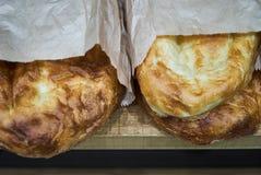 Traditioneel Aziatisch brood Pitabroodje in document pak in markt, close-up royalty-vrije stock foto