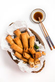 Traditioneel Aziatisch Fried Spring Rolls met het Onderdompelen van Saus Stock Fotografie