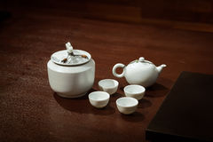 Traditioneel Aziatisch theestel op een Houten Lijst Royalty-vrije Stock Afbeeldingen